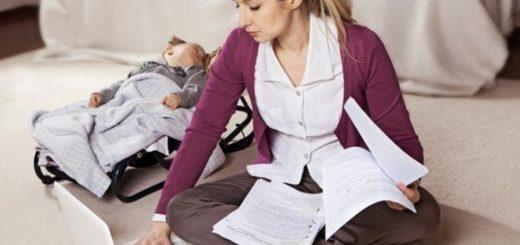 Девушка с ребёнком изучает и работает в web